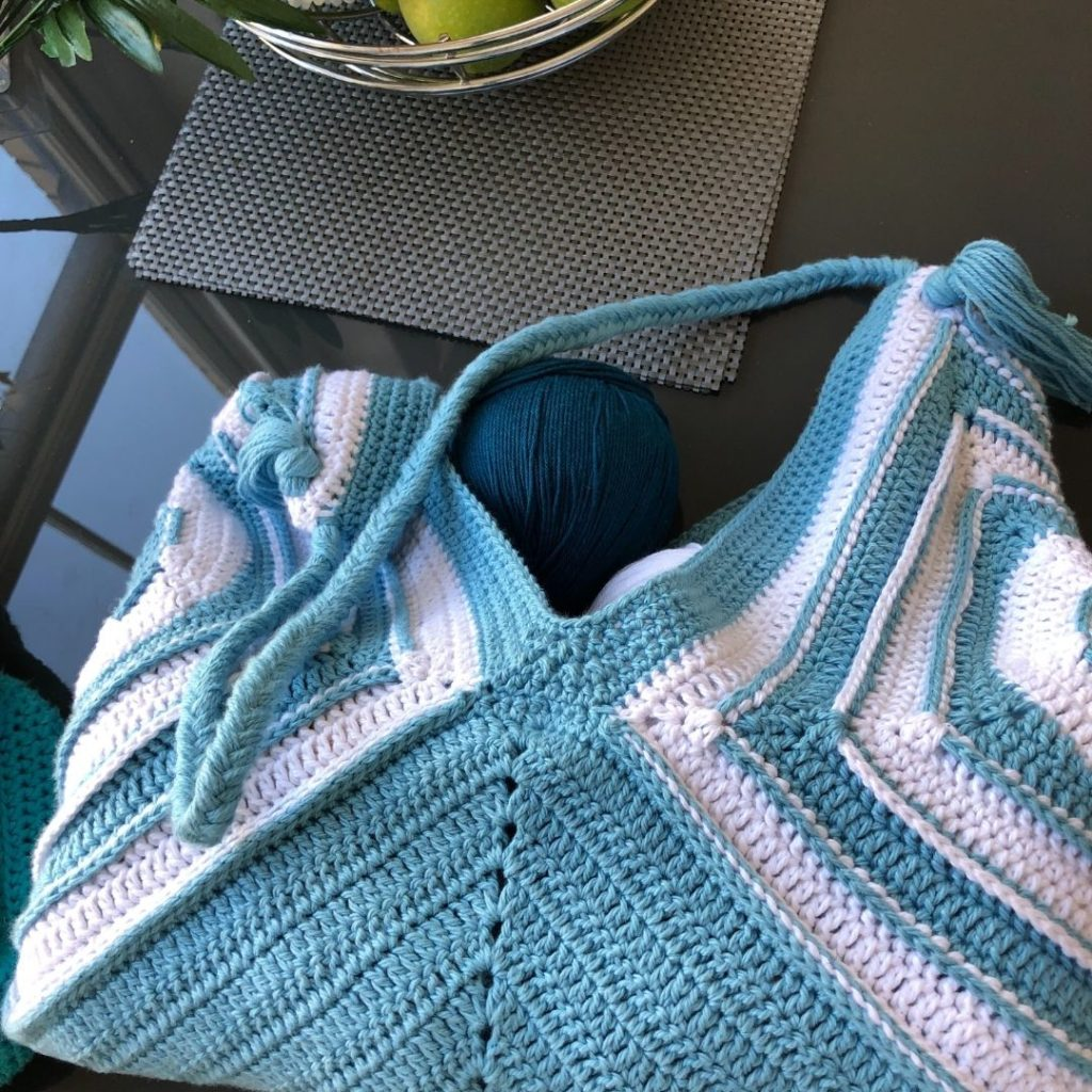 How to make an easy crochet granny square bag pattern - Harmony Bag